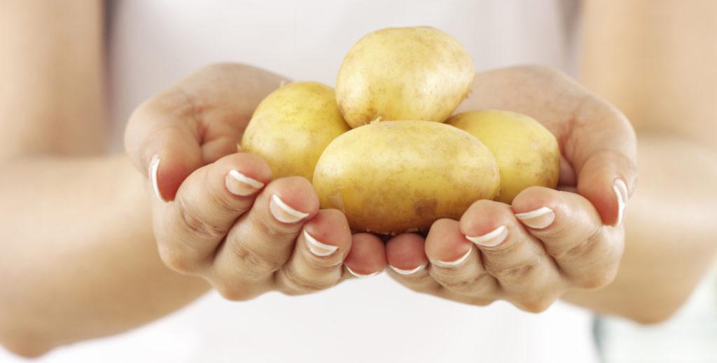Картофельный сок при повышенном уровне кислотности способствует нормализации функциональности системы ЖКТ