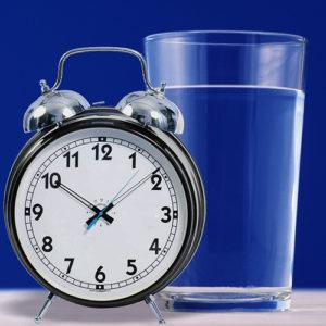 За день рекомендуется выпивать не менее 1,5 л воды