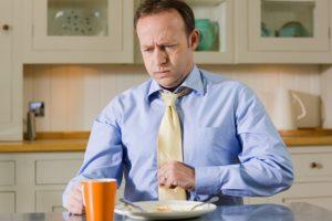 Атрофический очаговый гастрит вызывает постоянное ощущение тяжести в желудке, которое значительно усиливается во время приема пищи