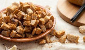 Диетические сухарики подсушиваются в духовке, без добавления соли и специй